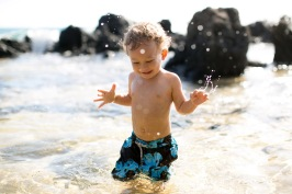 maui family portraits - boy splashing