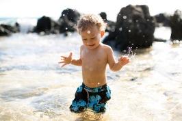 maui family portraits - boy splashing